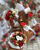 Rever 35 din samolepljivi, (stipaljikica +5din)Narukvica na trakici 35 din (lastiš +7 din)  Poseban cvetic za kumu 200din